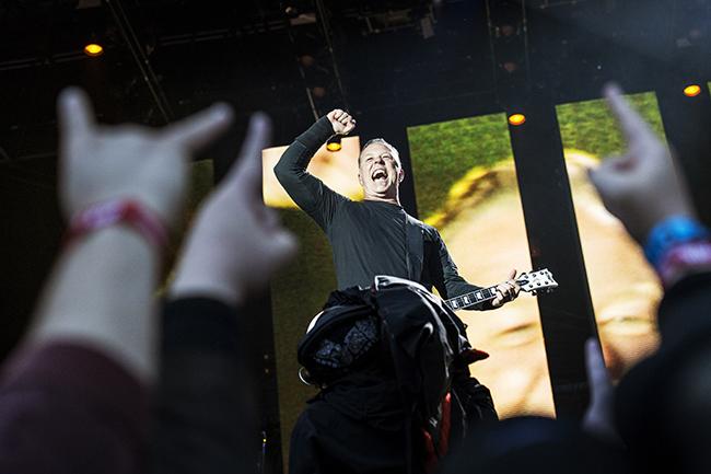 James Hetfield höjer näven för den svenska publiken på Sthlm Fields för ganska så exakt ett år sedan. Den 22 augusti är det dags igen – på Ullevi i Göteborg. (Foto: Robin Lorentz-Allard)