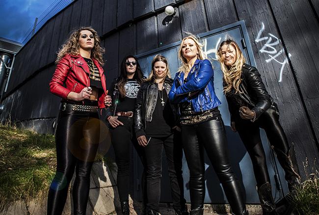 Thundermother består av Clare Cunningham (sång), Linda Ström (bas), Tilda Stenqvist (trummor) samt gitarristerna Filippa Nässil och Giorgia Carteri. Foto: Therese Stephansdotter