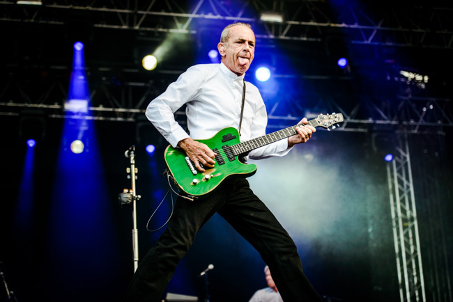 Francis Rossi och bandet har förvisso inte de tunga riffen … men i alla fall en tunga. Foto: Viktor Wallström