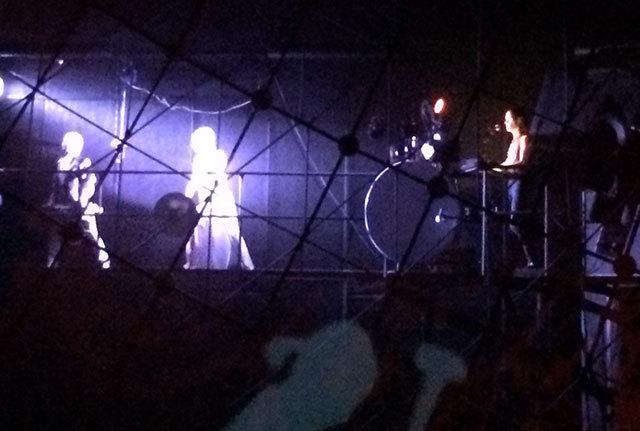 Niklas Stenemo spelar och dansarna tolkar bakom duken i Cosmonovas tak.