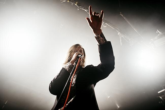 Dennis Lyxzén tycks trivas lika bra på scen som bland publiken i dansgropen. Foto: Per Johansson/Rockfoto
