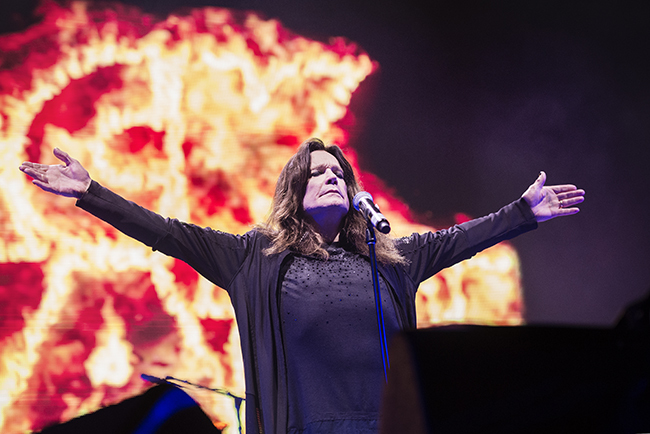 Ozzy Osbourne bjuder stora famnen på Black Sabbaths sista Sverigekonsert någonsin. Foto: Anna Tärnhuvud