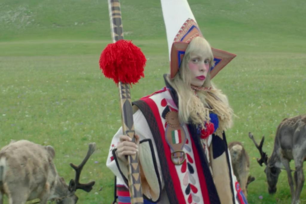 """Skärmdump ur musikvideon till """"The flute"""" av Petite Meller."""