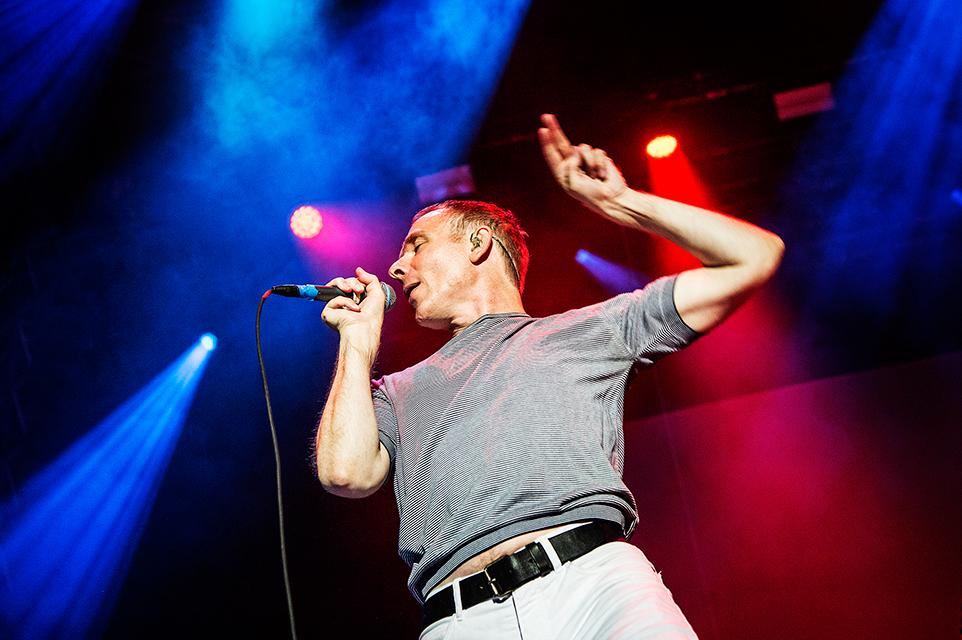 Stuart Murdoch står för det mesta av sången och publikkontakten i Belle & Sebastian. Foto: Robin Lorentz-Allard.
