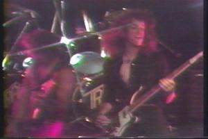 Cliff Burton på scen med gruppen Trauma.
