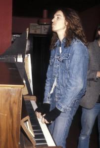 Liksom James Hetfield började Cliff Burton sin musikaliska bana med att spela piano. Han plockade upp basen vid 13 års ålder efter att hans bror Scott gått bort.