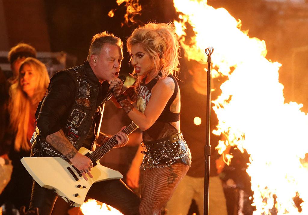 """""""Hörru, Gaga. Är den här på eller?"""" Foto: Lucy Nichols/Reuters/TT"""