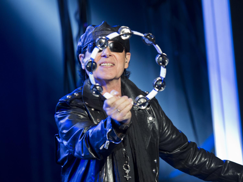"""Klaus Meine skakar tamburin i """"Make it real"""", men lyckas inte få något drag i föreställningen för det. Foto: Rickard Nilsson"""