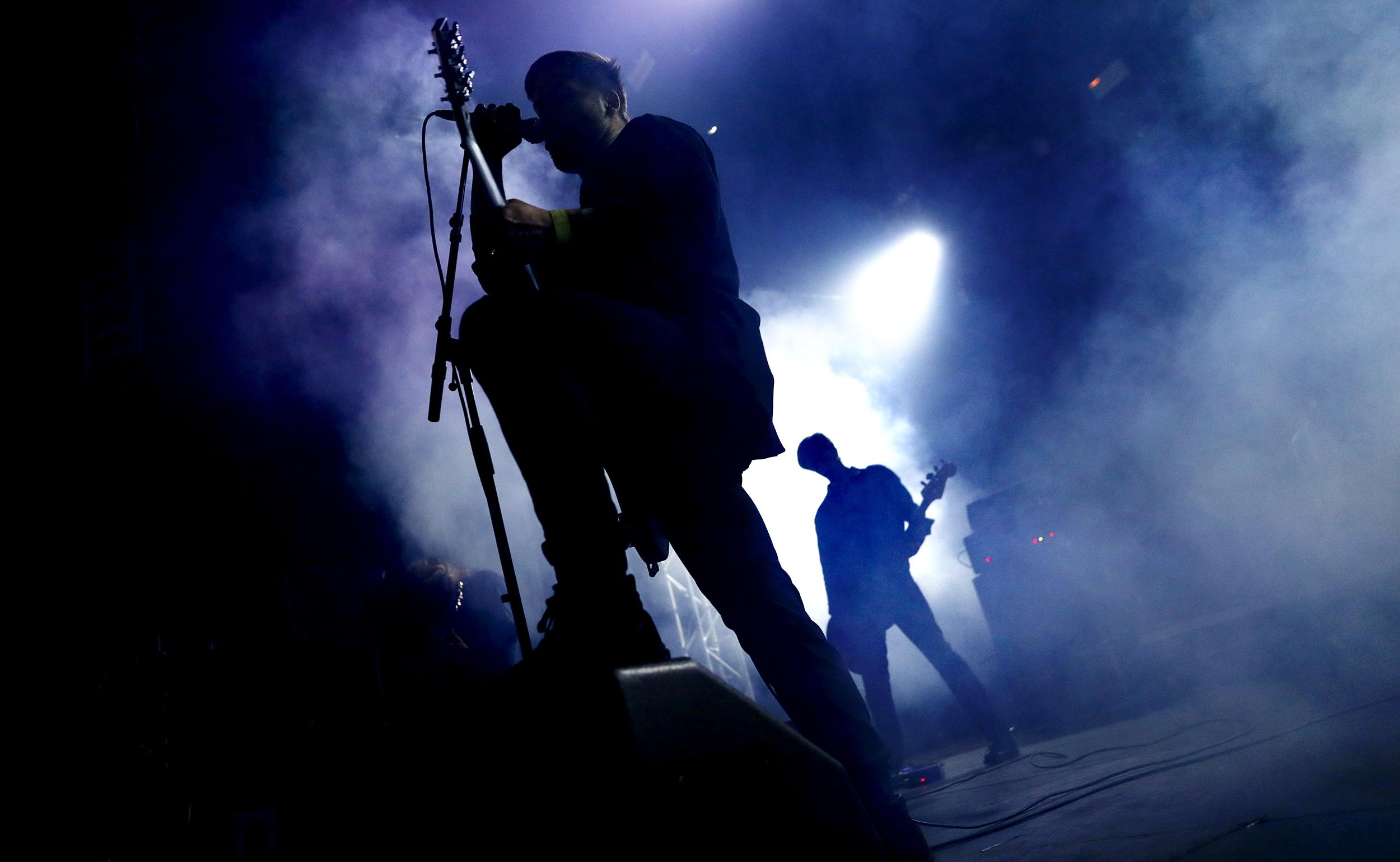 Johannes Persson och resten av Cult Of Luna är truligt introverta, men en riktig rökare blir konserten inte. Foto: Stefan Jerrevång