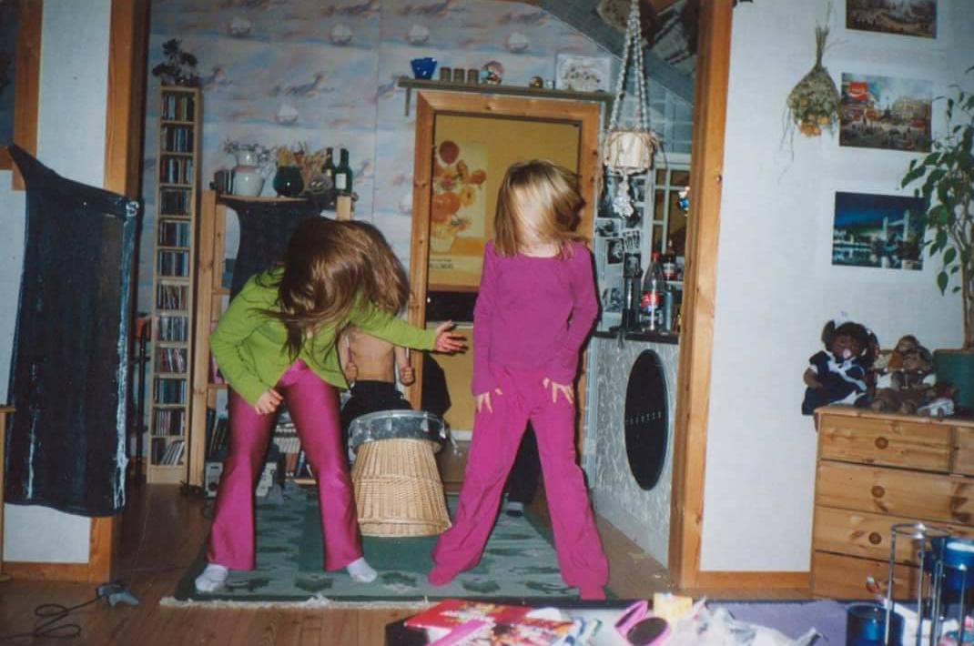 """""""Här leker jag och mina styvsyskon band. Jag headbangar i en mycket tuff rosa outfit"""", säger Sofia Bergström."""