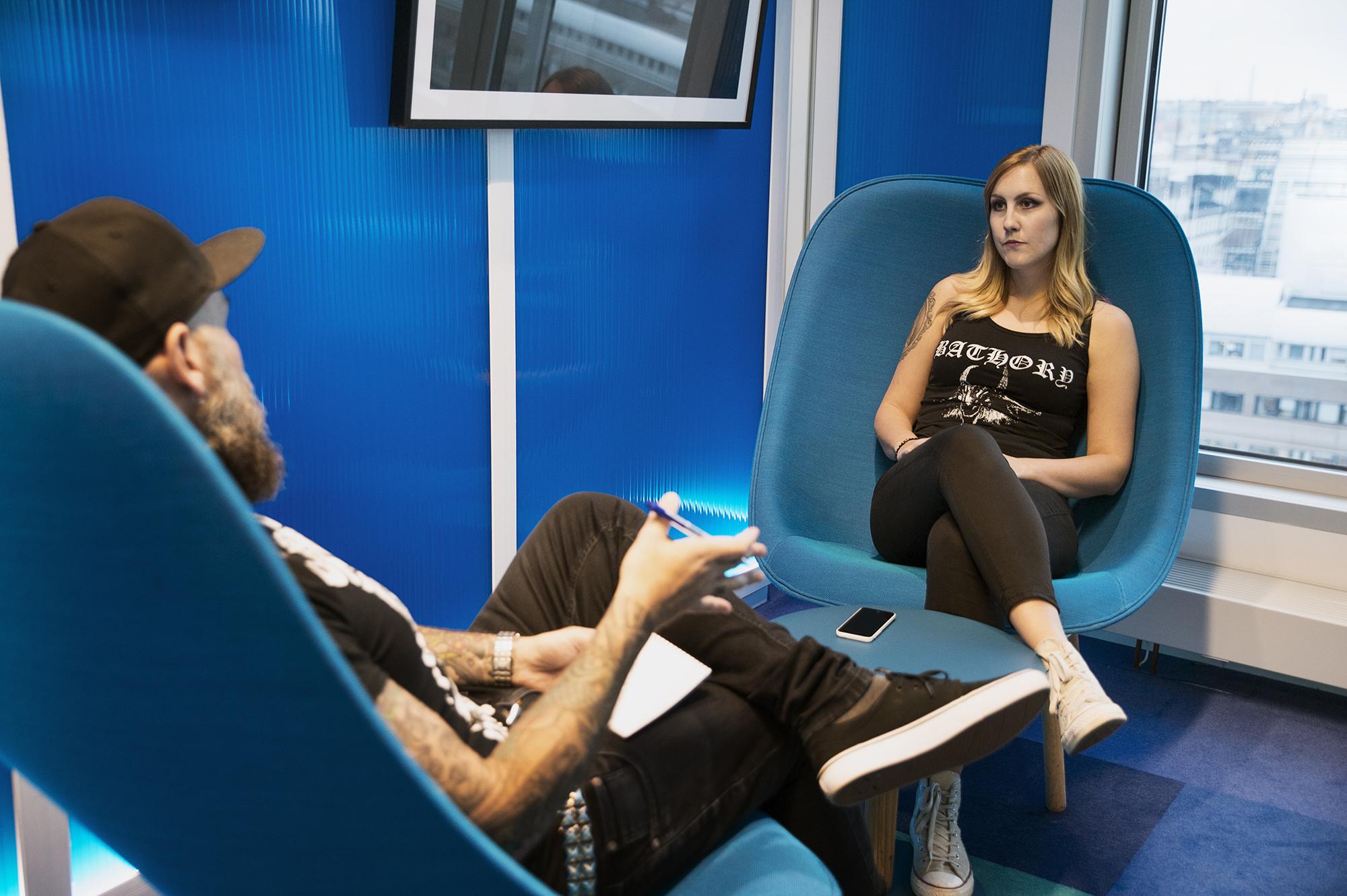 Här intervjuas Aftonbladets nya hårdrockskribent Sofia Bergström av sin företrädare Mattias Kling. Foto: Sofia Nahringbauer