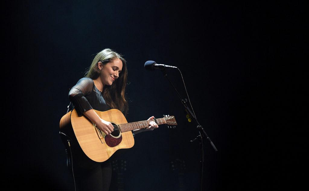 En gitarr är allt Melissa Horn har med sig när hon intar Cirkus. Foto: Jimmy Wixtröm