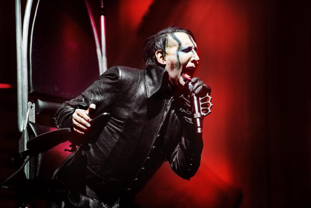 """Trots brutet vadben turnerar Marilyn Manson för nysläppta """"Heaven upside down""""."""